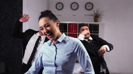 имитация : 3 attractive handsome happy colleagues entrepreneurs dancing doing victory dance in team meeting celebrating success achievement in super slow motion. Expressive happy emotions. Стоковые видеозаписи