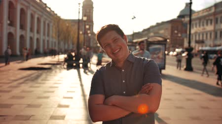 profundidade de campo rasa : Portrait of Attractive Smiling Male Outdoors in Urban Environment.