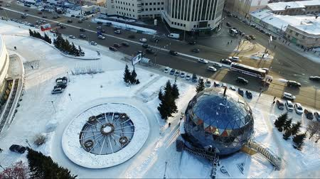 rusya : flying over the city park in winter. spherical building. Car traffic Stok Video