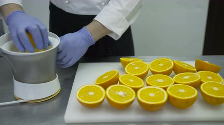 dřeň : The cook cooks orange juice in the juice extractor. Dostupné videozáznamy