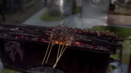 fogueira : Food Vendor Grilling Meat Satay with charcoal at Street Food Market