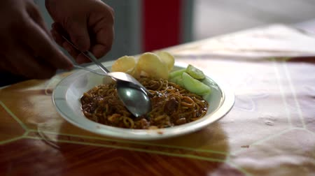 chilli sauce : Street food vendor prepared Indonesian Noodles or Mie Aceh Stock Footage