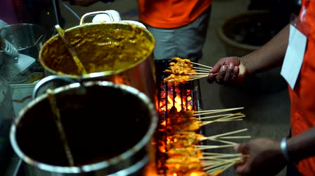 louça : Satay Padang, Meat skewers cook over hot coals at Indonesian Street food market Vídeos
