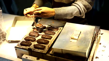 готовые к употреблению : Street Food Vendor making of Kue Pukis Coklat or Indonesian HalfMoon Shaped Pancake Стоковые видеозаписи