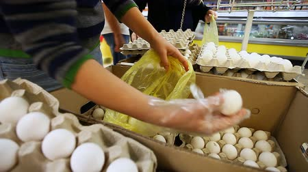 uložit : woman buys eggs at the supermarket