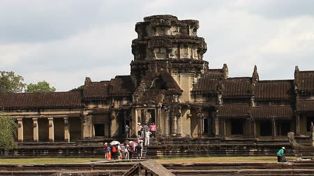 кхмерский : Angkor Wat is a giant Hindu temple complex in Cambodia