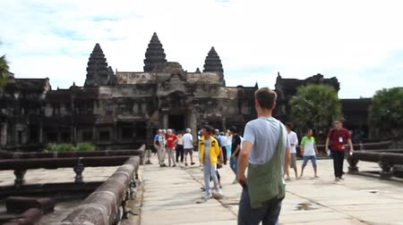 cambojano : Angkor Wat is a giant Hindu temple complex in Cambodia