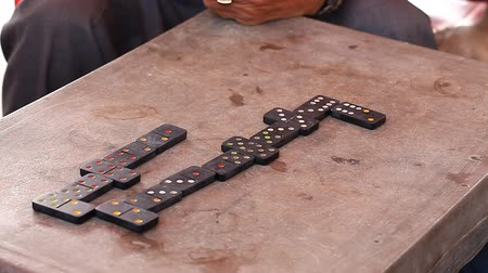 Gambling Vietnamese love to play dominoes Stok Video