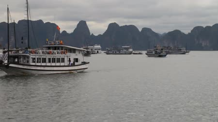 arquipélago : Tourist Vietnam. The amazing bay of Ha Long is a UNESCO heritage