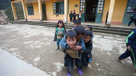 pré escolar : Sapa, Vietnam - December 01, 2016 : Ethnic minority children at school.The building serves as a kindergarten for children from nearby villages.