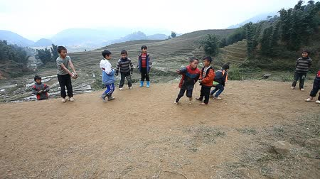 соперничество : Sapa, Vietnam - December 01 ,2016 : Ethnic minority children playing a game with spinning tops, in a rural area near Sapa, Vietnam. Стоковые видеозаписи