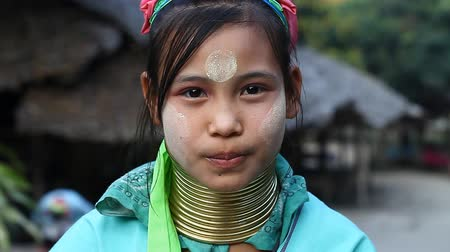 Бирма : Chiang Mai,Thailand-February 13 ,2017:Video portrait of a young girl from the hill tribe The long-neck karen called themselves as Kayan living in Eco-Agricultural Hill Tribes Village - Baan Tong Luang
