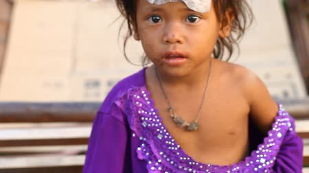 кхмерский : Siam Reap, Cambodia - January 14, 2017: Portrait of a small homeless girl in rags. Poverty in Cambodia