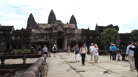 kult : Siam Reap, Cambodia - January 12, 2017: The main entrance to Angkor Wat and many tourists and pilgrims from all over the world. Dostupné videozáznamy