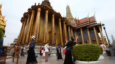 エメラルド : Tourist Thailand.Royal Temple Of The Emerald Buddha many tourists from all over the world visit