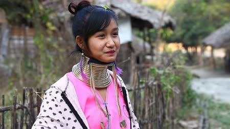 племя : Chiang Mai,Thailand-February 13 ,2017:Video portrait of a young girl from the hill tribe The long-neck karen called themselves as Kayan living in Eco-Agricultural Hill Tribes Village - Baan Tong Luang