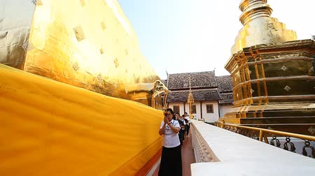 обряд : Chiang Mai,Thailand-February 12 ,2017:Buddhist believers walk around the stupa in the temple Wat Phra Sing.Traditional prayer ceremony.