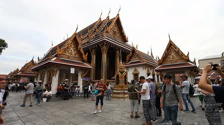 монастырь : Bangkok, Thailand-February 3, 2017: The Grand Royal Palace in Bangkok is the most popular and visited attraction .Many tourists from all over the world visit this complex every day Стоковые видеозаписи