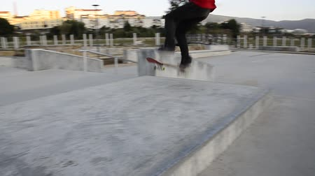 deskorolka : Skateboarder performing a manual on a public skate park.
