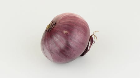 dönen : Red onion rotating on white background.