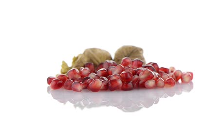 roma : Pomegranate seed pile isolated on white background. Vídeos