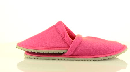 keçe : A pair of pink slippers on a white background.