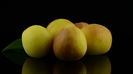 forgat : Peach rotates on black background