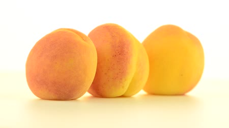brzoskwinia : Three peaches rotating on white background.