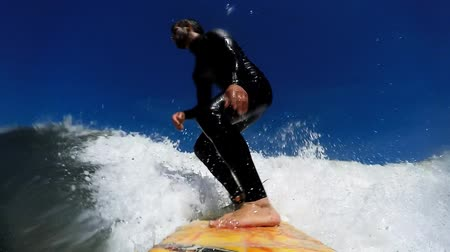 surf : Giovane che gode il surf in Waves.