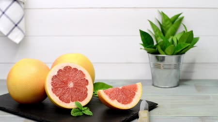 beslenme : Ripe grapefruit closeup on wooden table background. Stok Video