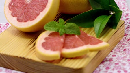 grejpfrut : Ripe grapefruit closeup on wooden table background. Wideo