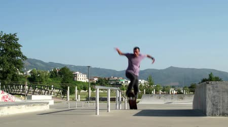 deskorolka : Skateboarder  performing a slide trick on a skatepark.