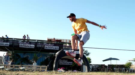 adrenalin : ILHAVO, PORTUGAL - JULY 24, 2015: Andre antunes Slackline performance during the Festival de Verao na Ria Dostupné videozáznamy