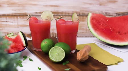 meyve suyu : Watermelon smoothies with lime and mint