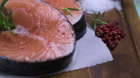 carne : Fresh fish. Salmon. Raw salmon steak with sea salt pepper and herbs. Food background.