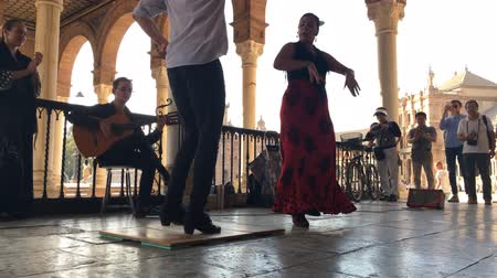 испанский : SEVILLE, SPAIN - CIRCA OCTOBER 2017: Group of flamenco dancers in Plaza de Espana in Seville, Spain
