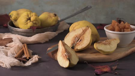 spiżarnia : Quince fruits and marmelade in a ceramic bowl on table top. Wideo
