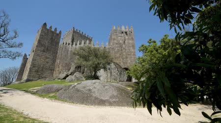 parşömen : GUIMARAES, PORTUGAL - CIRCA APRIL 2018: The Castle of Guimaraes in the northern region of Portugal. It was built at the end of the 13th century following French influences.