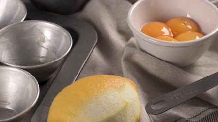 dairesel : Egg tarts, traditional portuguese dessert, pastel de nata, custard tarts home production ingredients. Stok Video