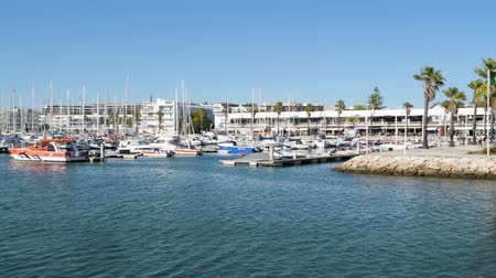 pontão : LAGOS, PORTUGAL - CIRCA MAY 2018: View of boats and yachts moored in the marina de Lagos, Lagos, Algarve, Portugal, Vídeos