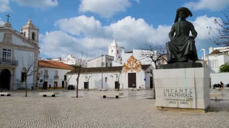 infante : LAGOS, PORTUGAL - CIRCA MAY 2018: Statue of Infante Dom Henrique (Prince Henry) in the town square with town buildings to the rear, Lagos, Algarve, Portugal.