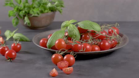 tomates cereja : Small red cherry tomatoes on rustic background. Cherry tomatoes on the vine
