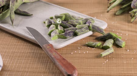 антиоксидант : Heap of green beans on a rustic wooden table top view. Cutting board with green beans