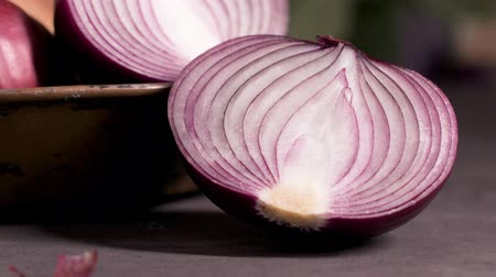 cebolas : Fresh whole onions in assorted colors and parsley in a small rustic frying pan on kitchen counter top. Stock Footage