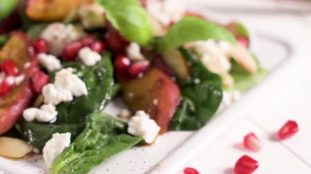 špenát : Fresh vegetable salad with grilled peach, pomegranate, spinach and fresh cheese.