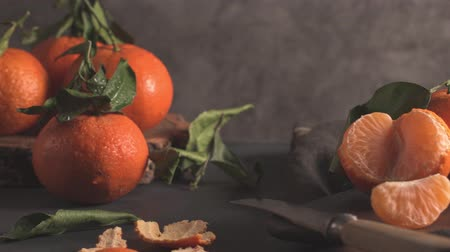 mandarijnen : Fresh mandarin oranges or tangerines with leaves on textured dark background Stockvideo