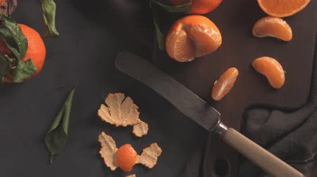martwa natura : Fresh mandarin oranges or tangerines with leaves on textured dark background Wideo