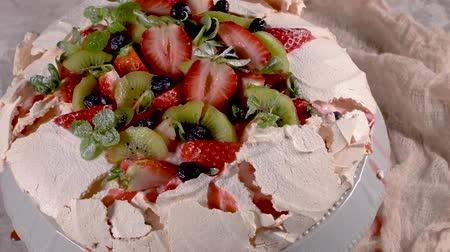 kivi : Pavlova cake with fresh blueberries, strawberries and kiwi.