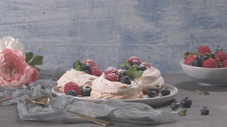 šlehačka : Small pavlova cakes with fresh raspberries and blueberries. Dostupné videozáznamy