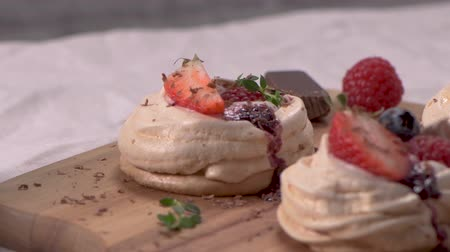 eper : Small pavlova cakes with fresh Strawberries and blueberries.